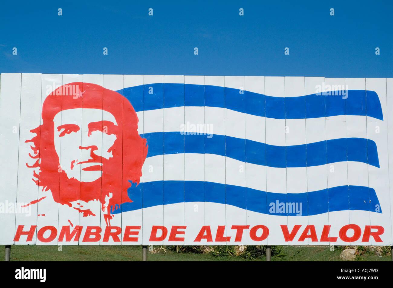 Plakat mit dem legendären Che Guevara Porträt und kubanischen Nationalflagge, Trinidad, Kuba. Stockbild