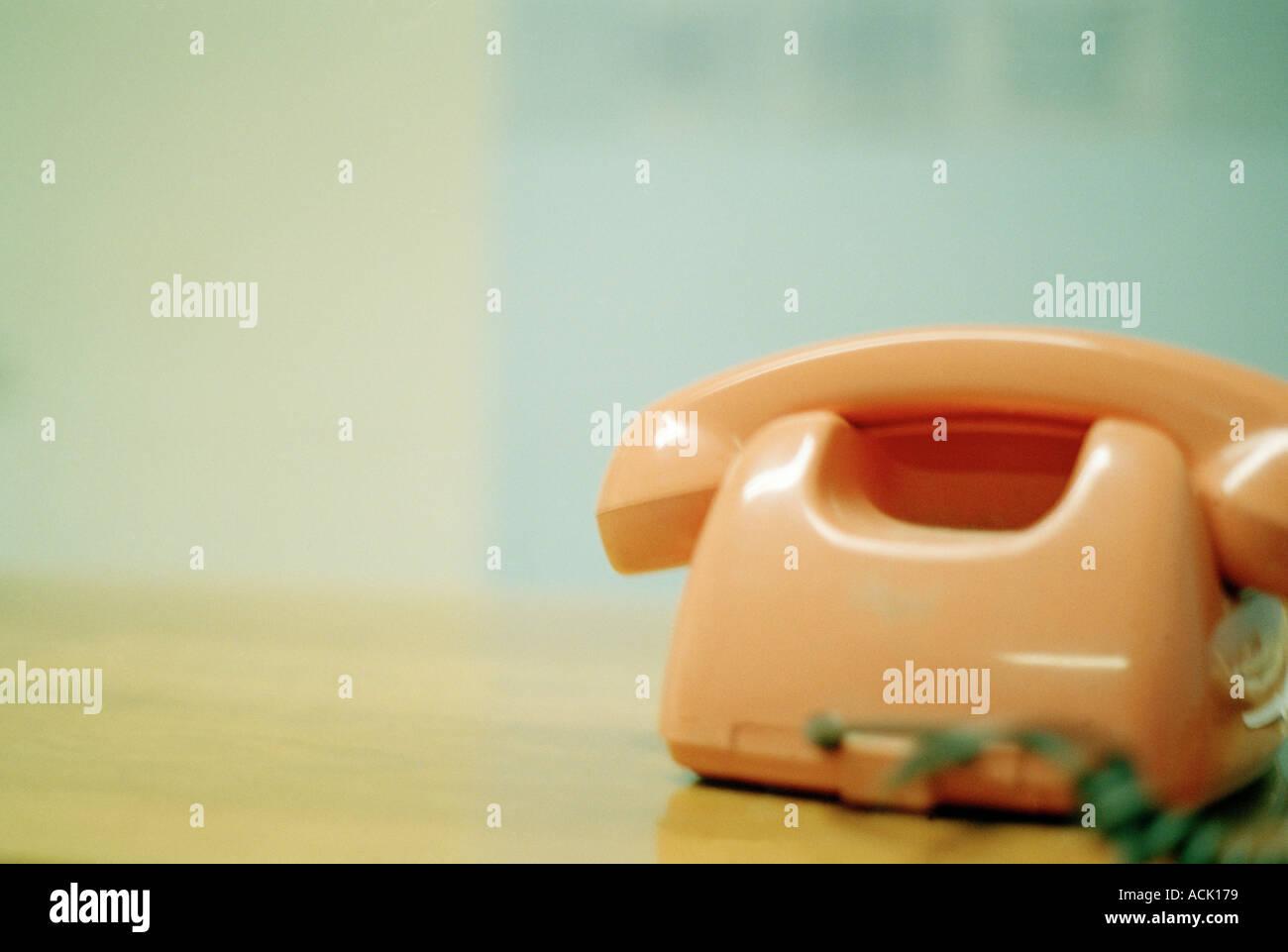 Ein Retro-Telefon ruht auf einem Tisch Stockbild