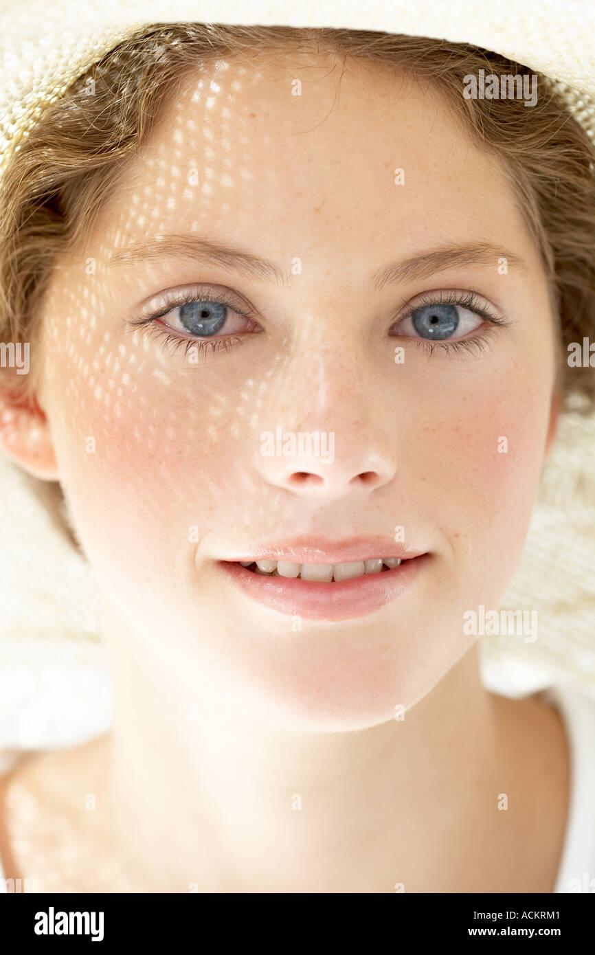 Eine junge Frau, Blick auf die Kamera Lächeln Stockbild