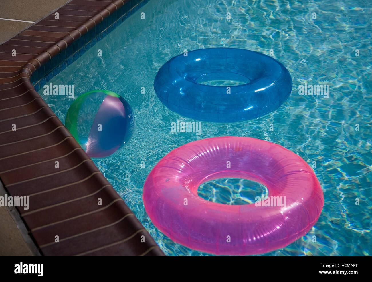Aufblasbare Spielzeuge In Einem Hinterhof Pool Stockfoto