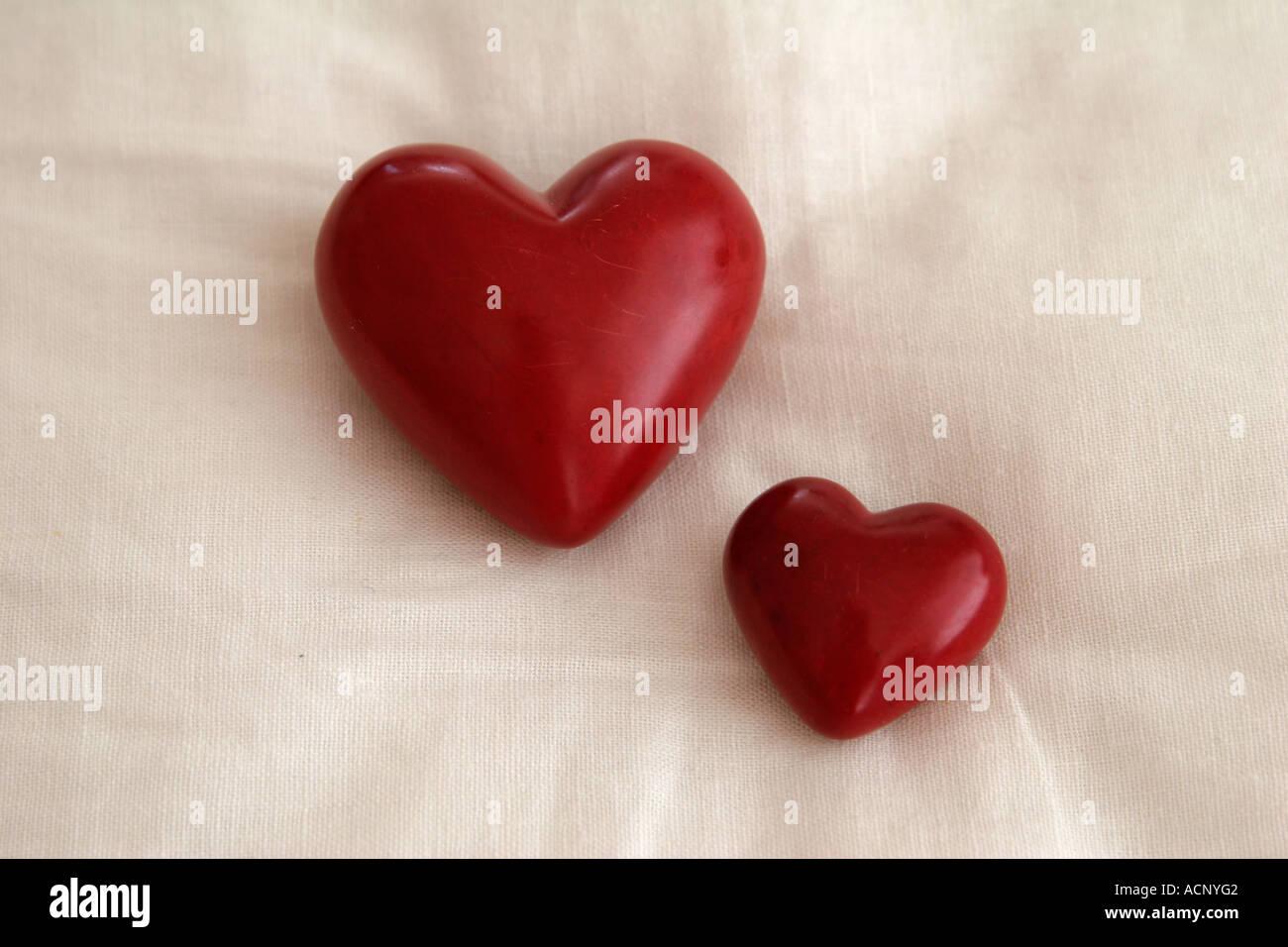 Herzen auf dem Kissen - Zwei Herzchen Auf Kissen Stockbild
