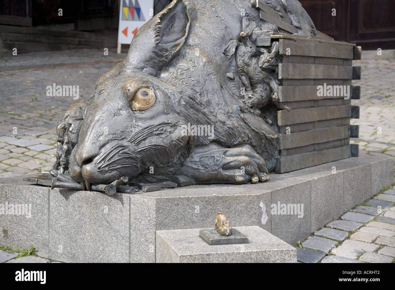 """""""Der Hase"""", eine Hommage an Dürer von Jürgen Goetz 1984, Bronze-Skulptur, Tiergärtnerplatz, Stockbild"""