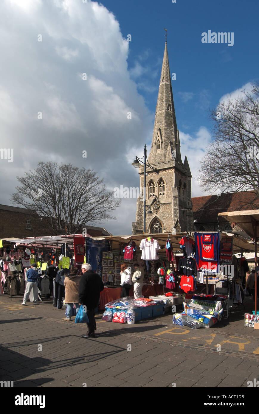 Romford Marktplatz mit verschiedenen Ständen und Turm der Kirche St. Edwards über Stockfoto