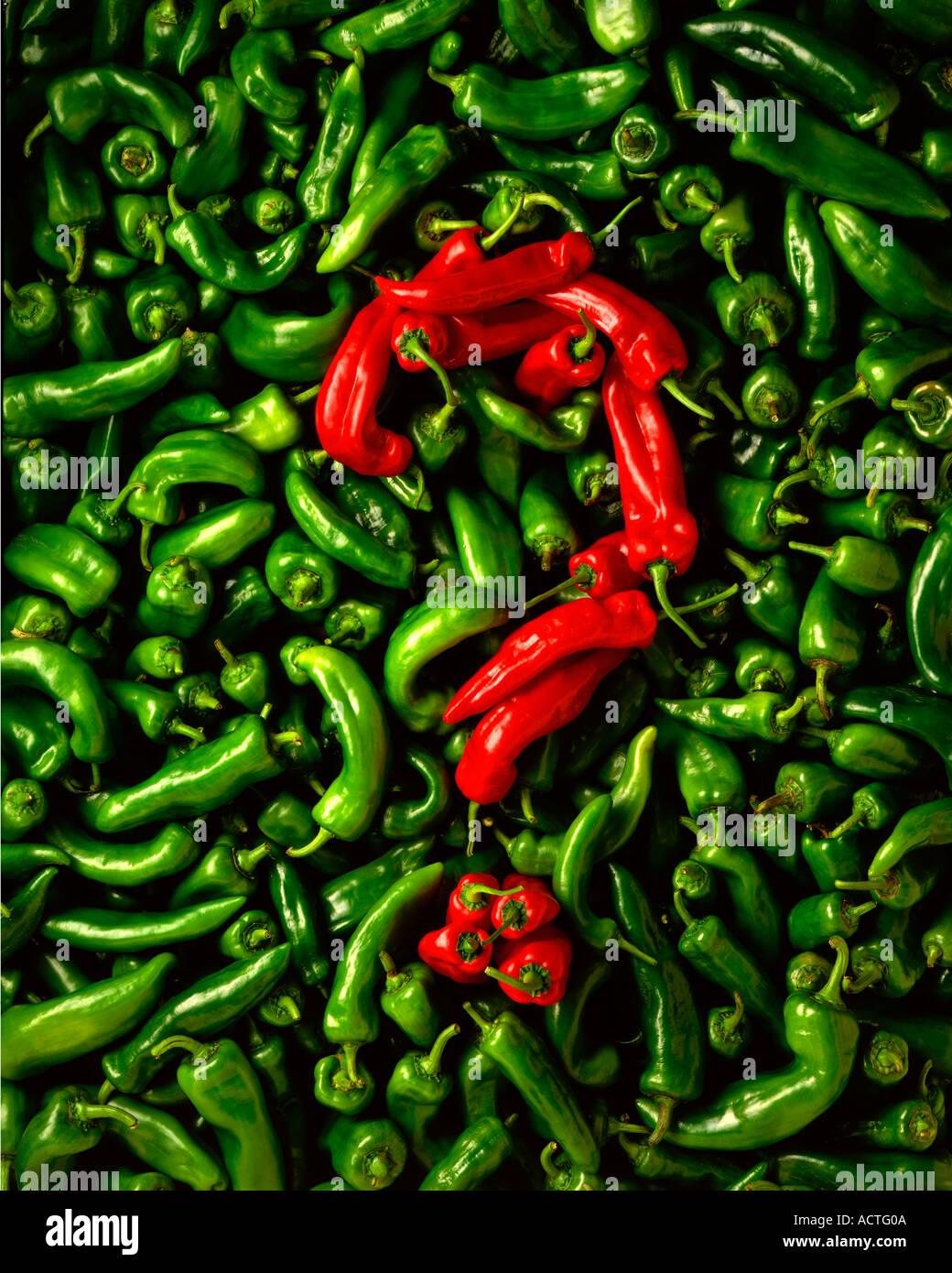 Paprika Fragezeichen über rote und grüne Paprika Stockbild