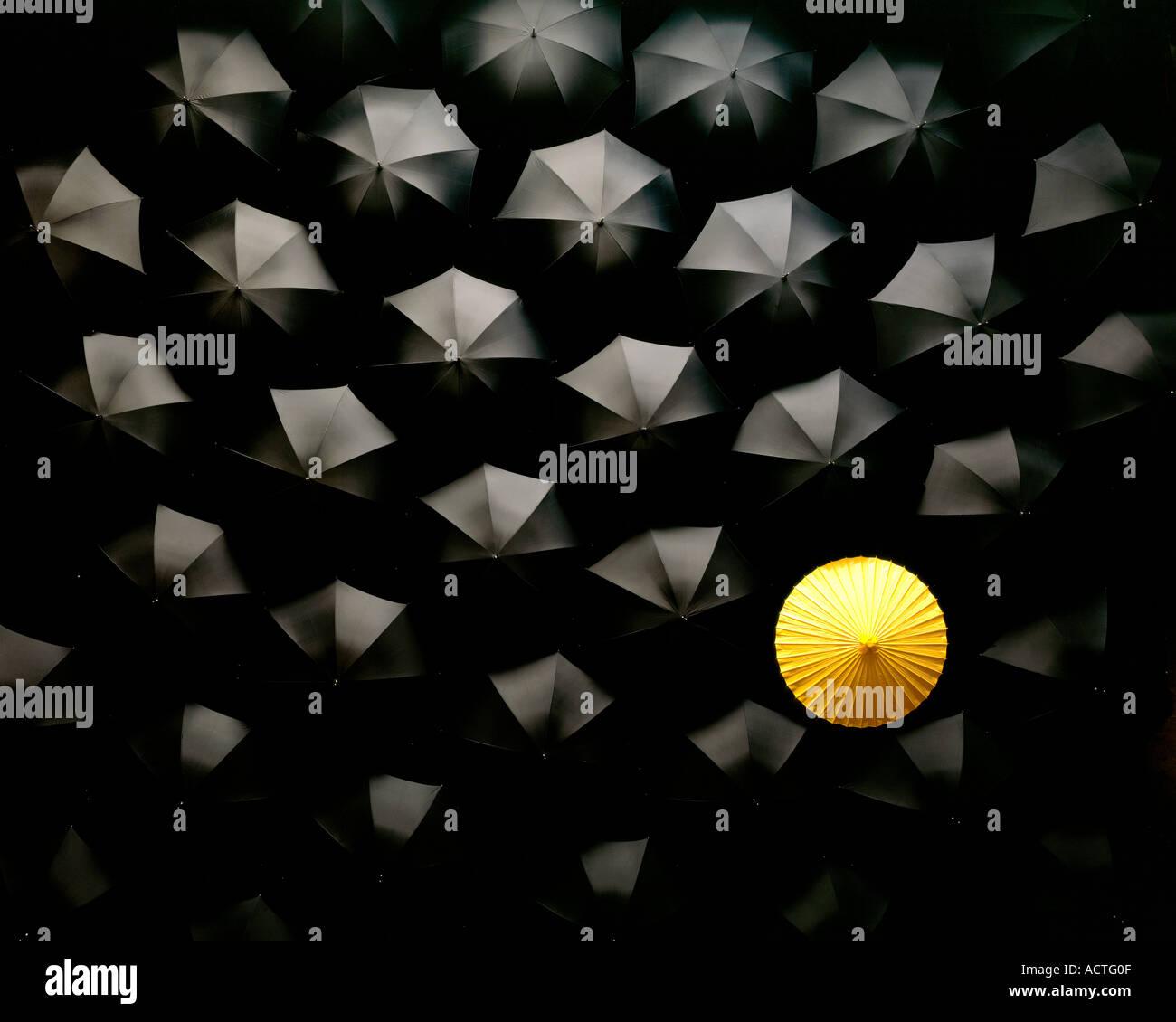 Schirme viele schwarze Sonnenschirme und einen gelben Regenschirm japanische chinesische Asien Stockbild