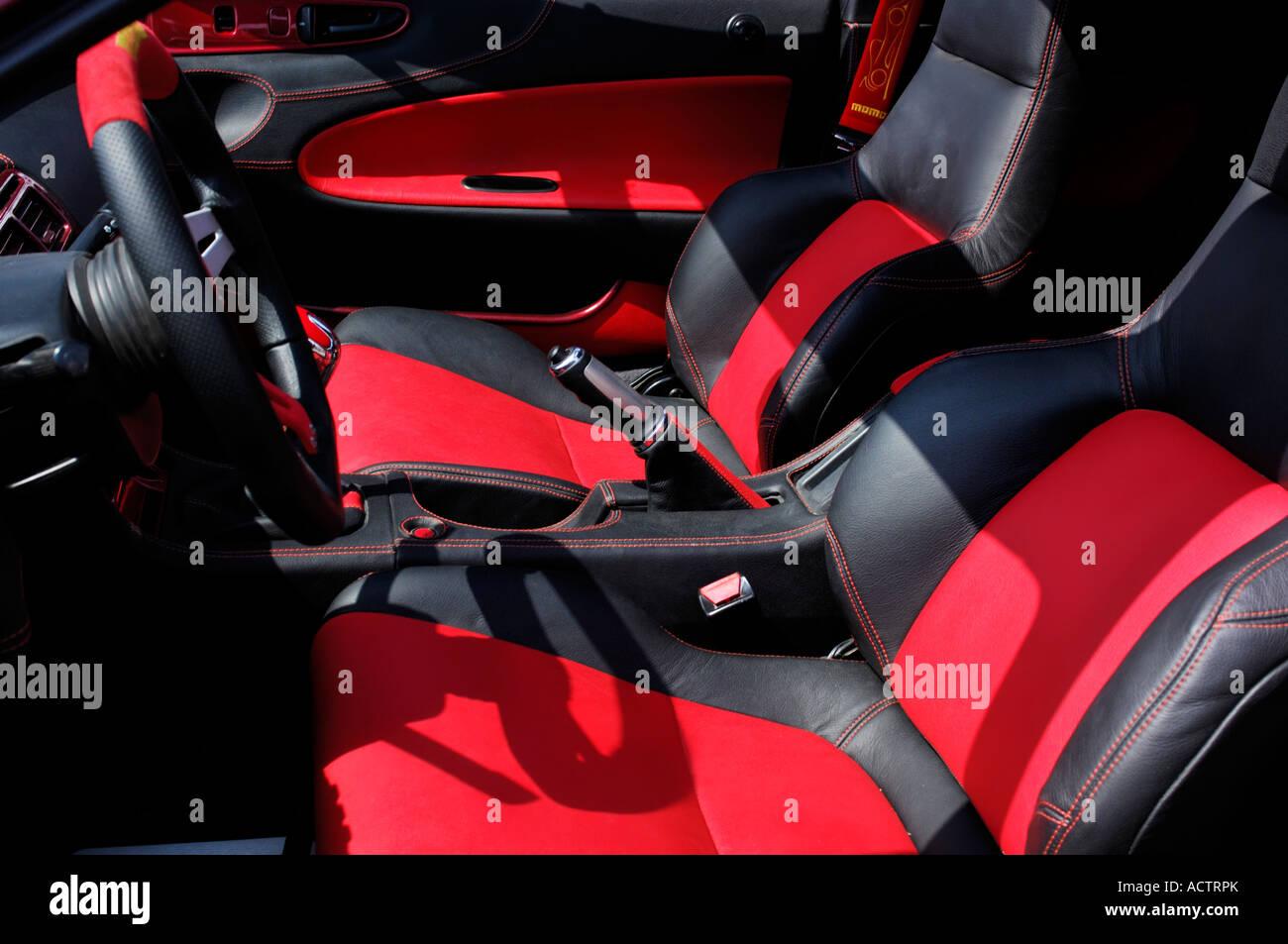 innenraum eines autos in schwarz gehalten und roten farben. Black Bedroom Furniture Sets. Home Design Ideas