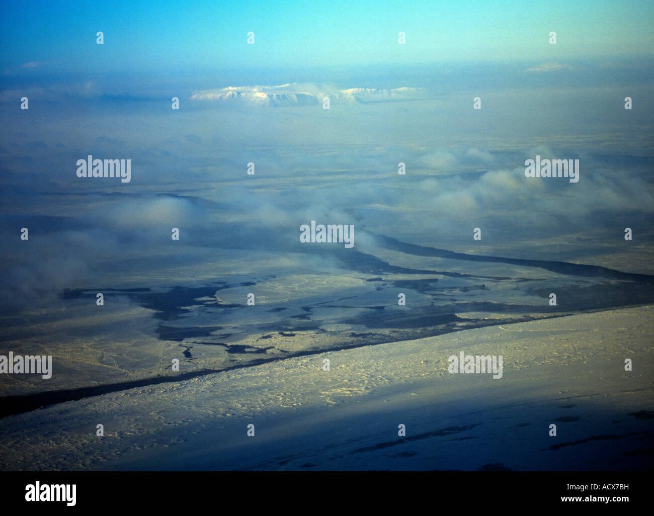 Eine Luftaufnahme der kleinen und großen Diomede Inseln fotografiert an einem kalten, windigen Tag im Januar Stockbild