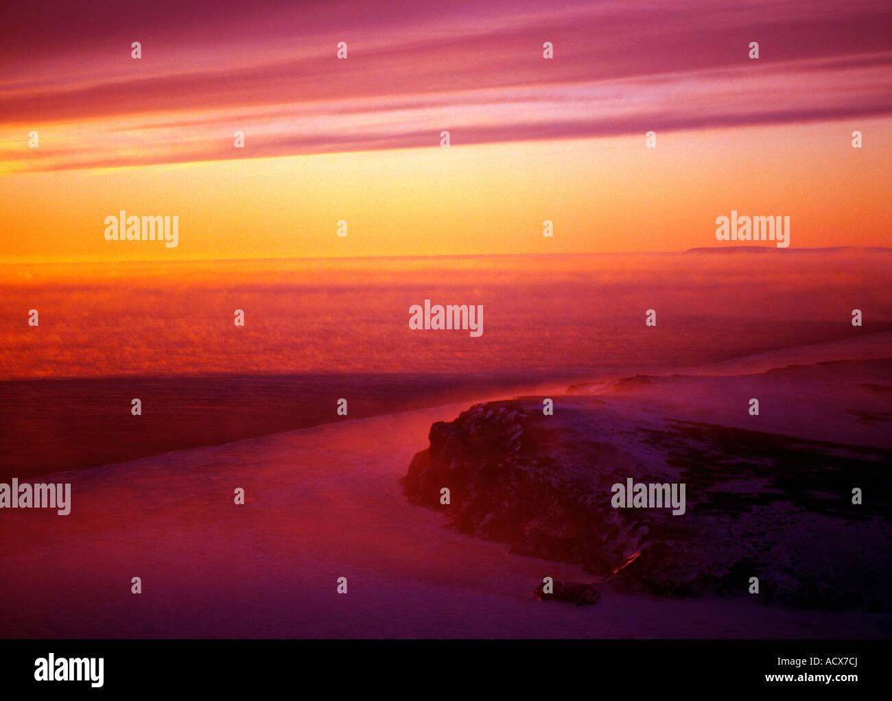 Ein Blick auf den Sonnenuntergang über Topkok östlich von Nome im Winter. Stockbild