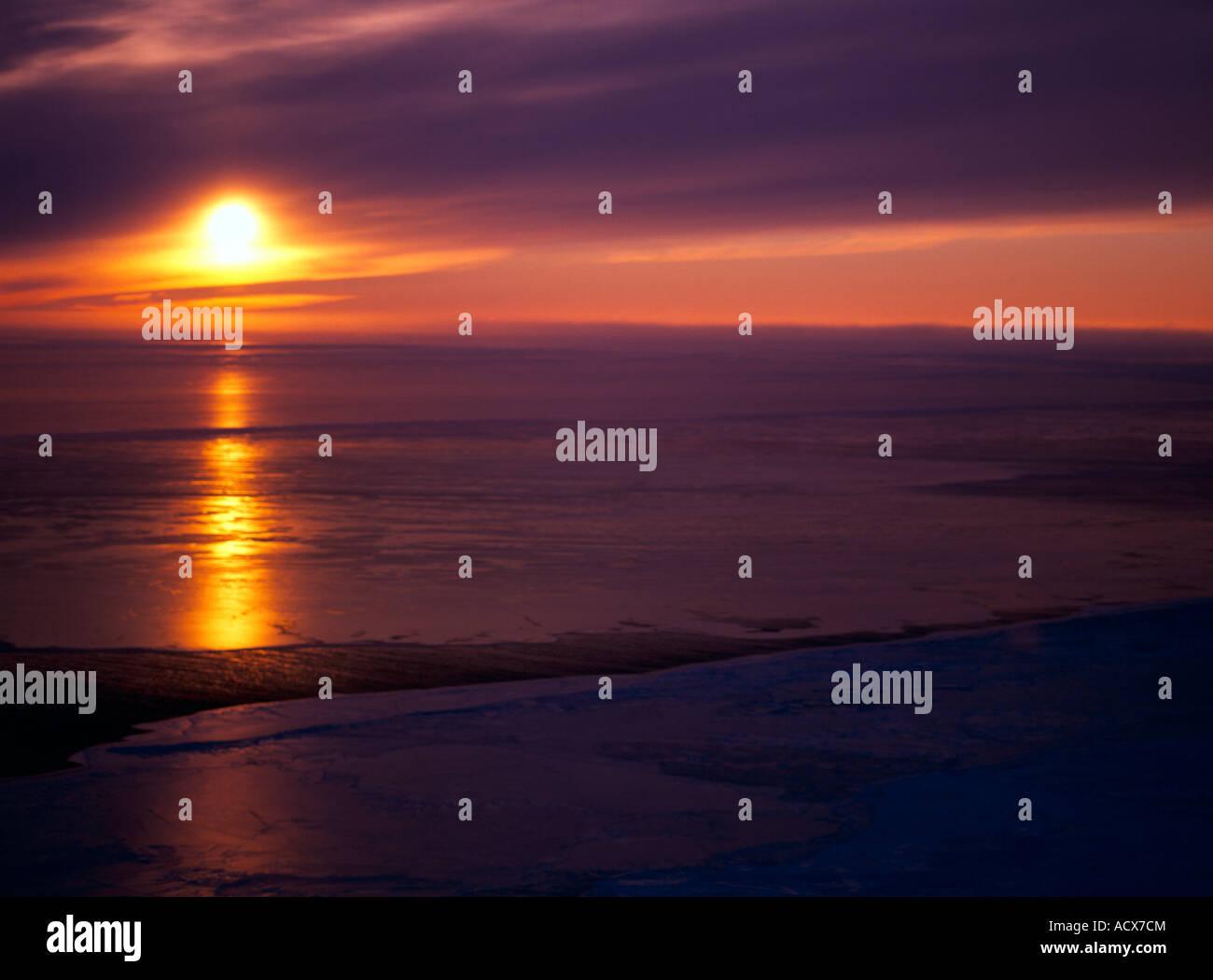 Sonnenuntergang über dem Lager Meer östlich von Nome im Winter. Stockbild