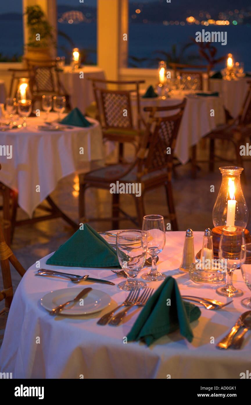 Tisch Gelegt Für Romantische Kerze Beleuchtet Abendessen Mit Blick Aufs  Meer Im Flamboyant Hotel Grenada