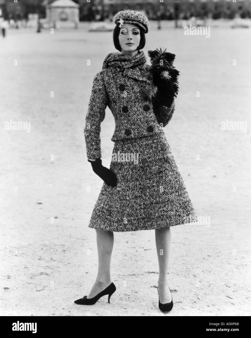 Tweed-Anzug von Christian Dior, Paris. Foto von John French, London, England, 1961. Stockbild