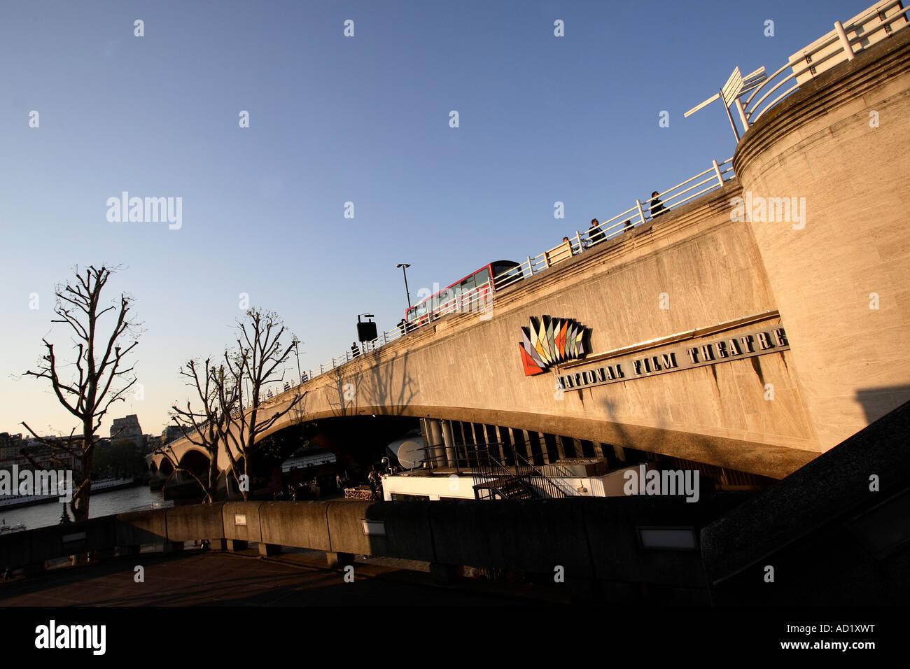 National Film Theatre Zeichen auf Waterloo Bridge. South Bank, London, England, UK Stockbild
