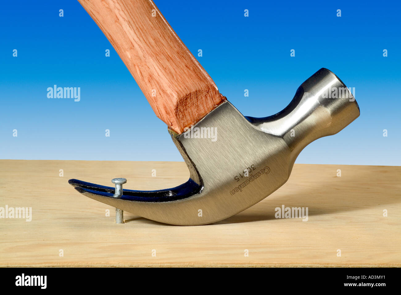 Zimmermannshammer ziehen Nagel Stockbild
