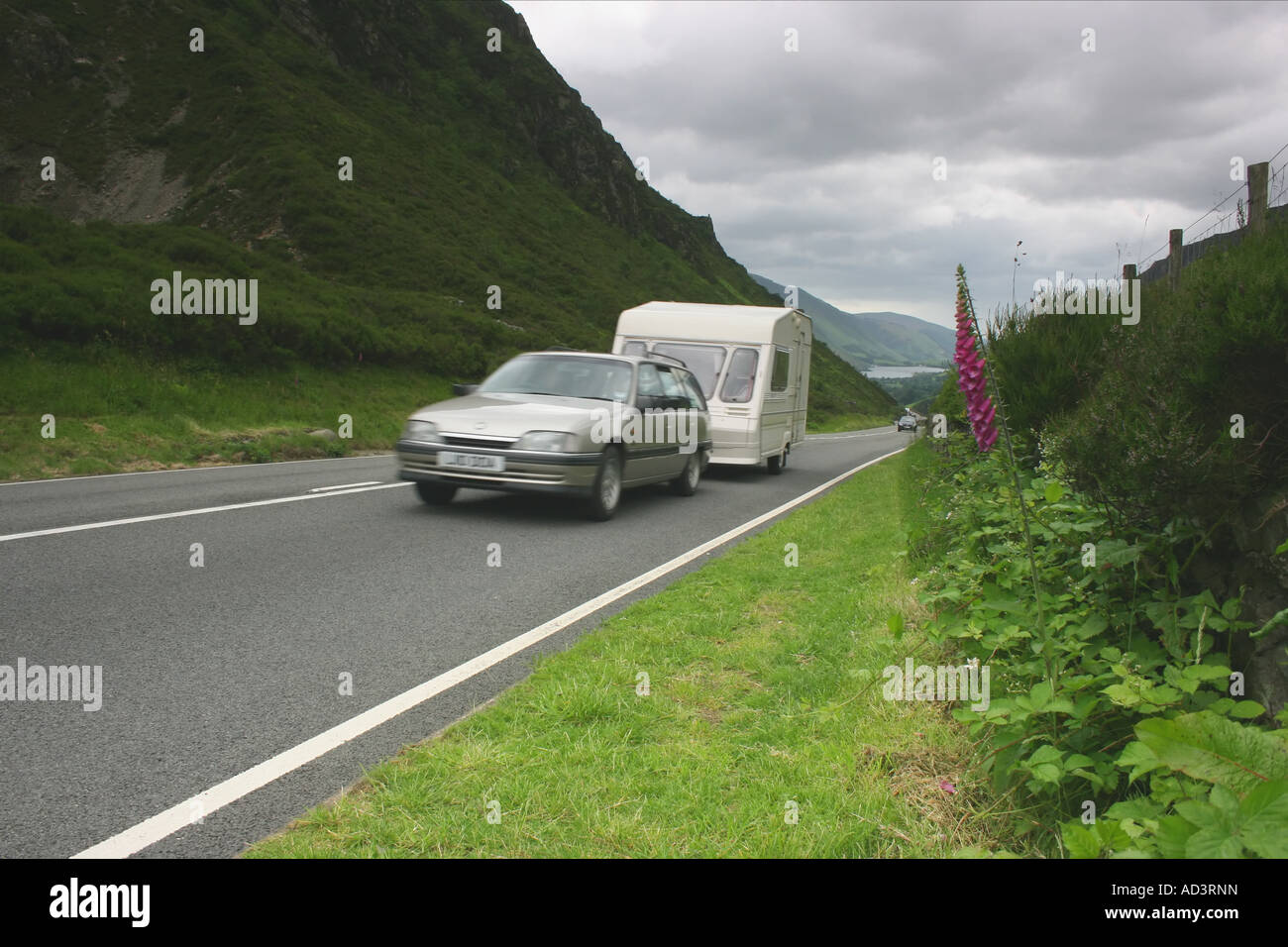 car traveling mountain road stockfotos car traveling mountain road bilder seite 2 alamy. Black Bedroom Furniture Sets. Home Design Ideas