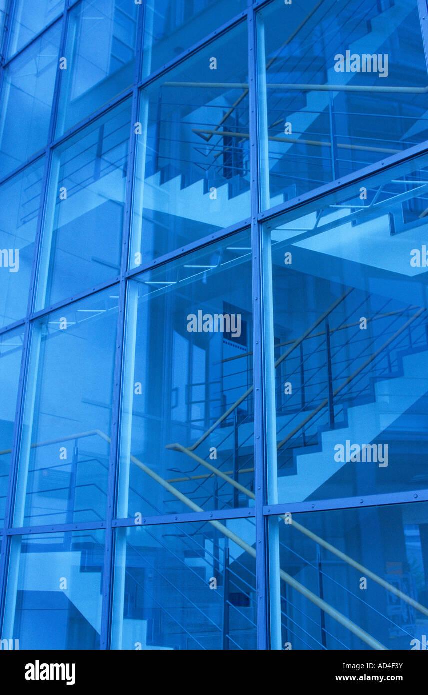 Glasfassade und indoor Treppenhaus Stockbild