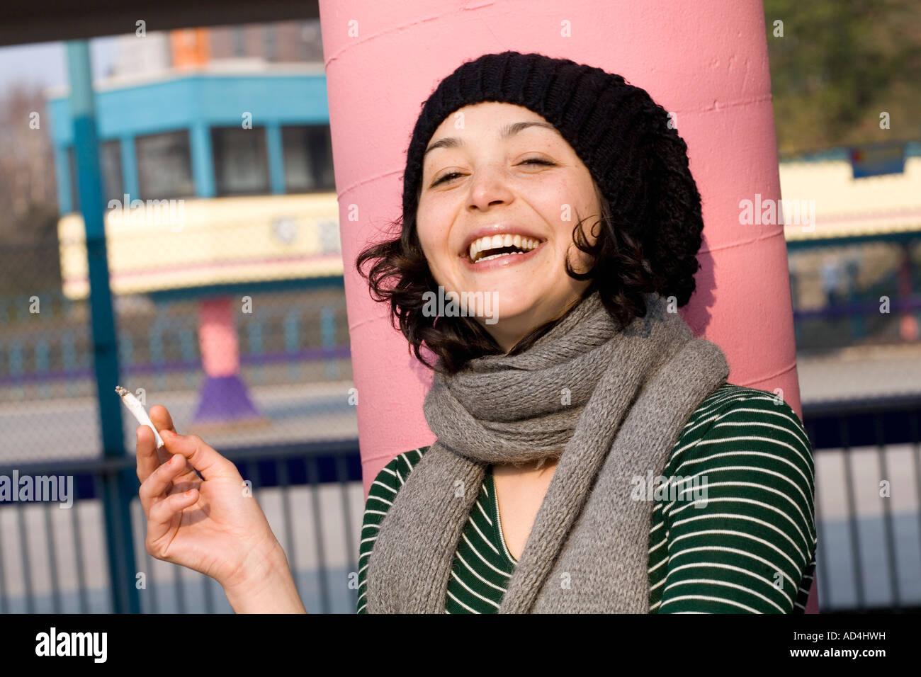 Eine Frau, eine Zigarette rauchend Stockbild