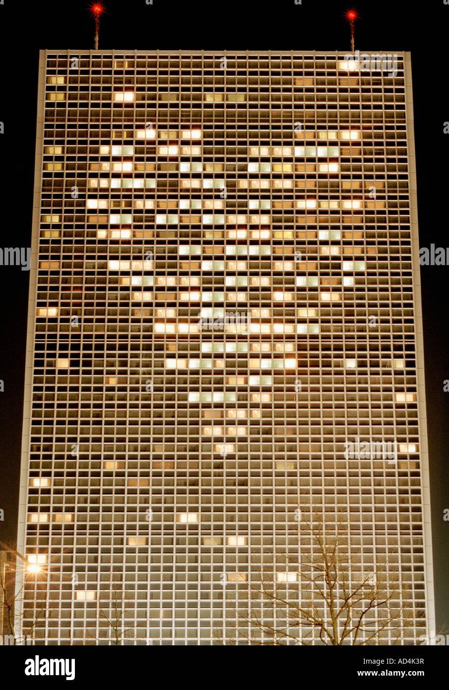 Beleuchtete Hochhaus mit Lichtern, angeordnet in Form eines Herzens Stockfoto