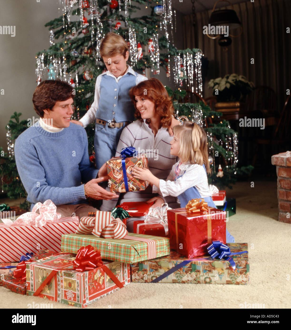 Weihnachtsszene mit junger Familie Vater Mutter Tochter und Sohn ...
