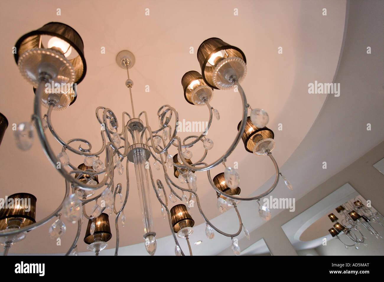 Lampenschirme Klein Kronleuchter ~ Nahaufnahme des modernen edelstahl kronleuchter mit lampenschirmen