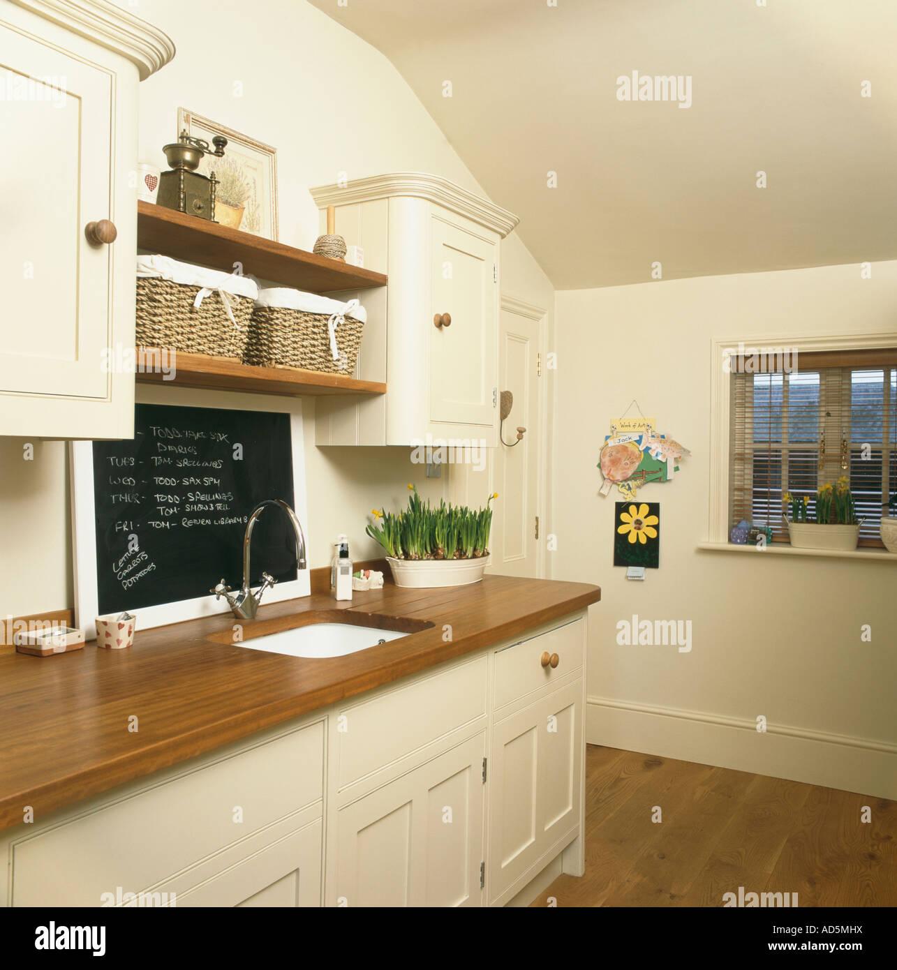 Tafel über dem Waschbecken im Holz Arbeitsplatte in Creme Küche