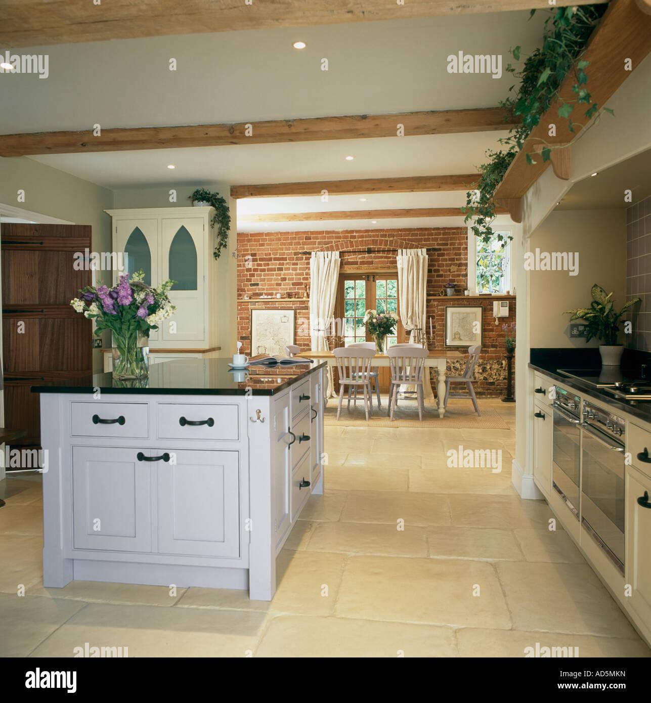 wei e insel einheit in die offene k che und esszimmer mit kalkstein boden stockfoto bild. Black Bedroom Furniture Sets. Home Design Ideas
