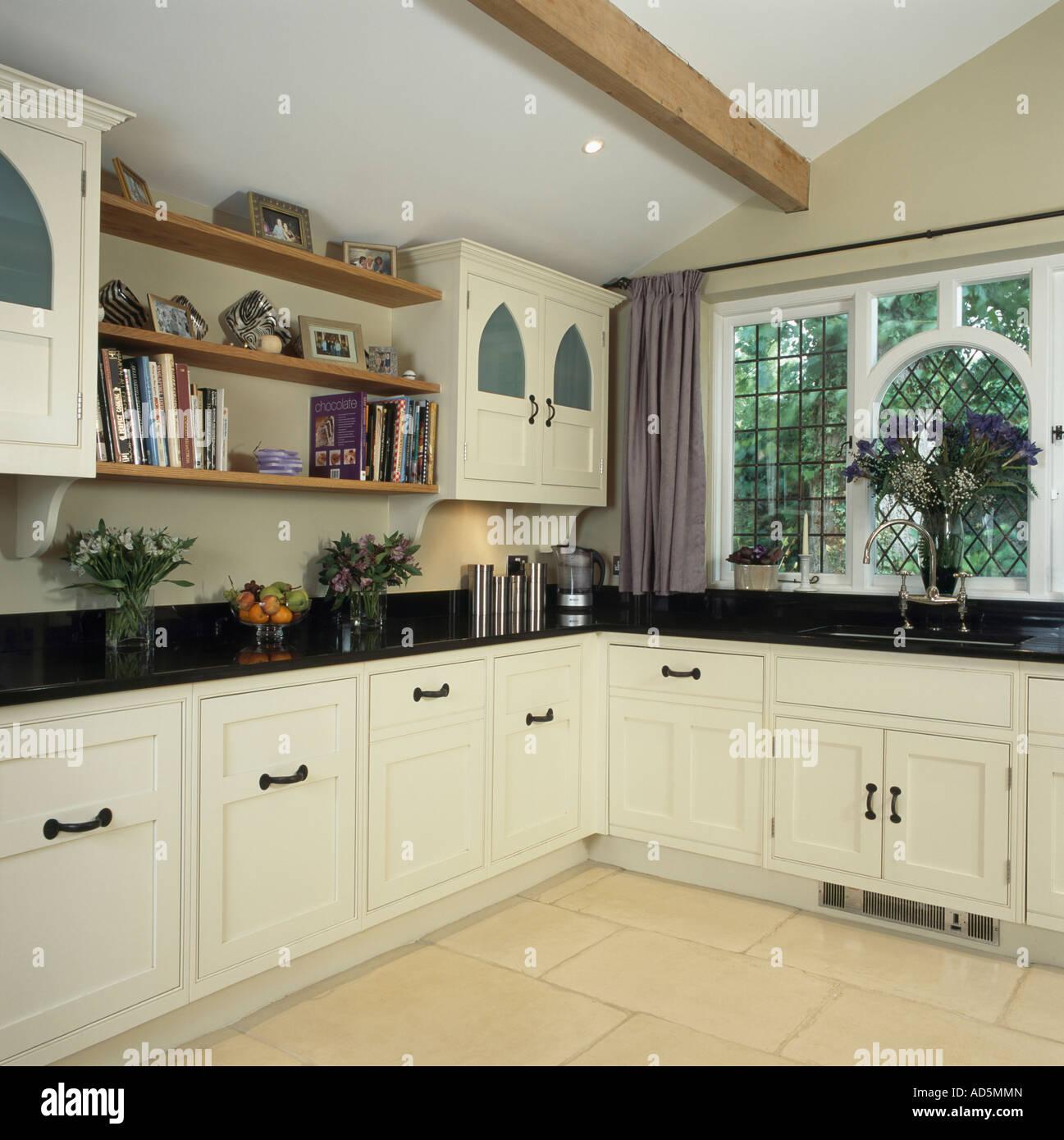 Traditionelle Küche-Erweiterung mit weißen Schränken und schwarze ...