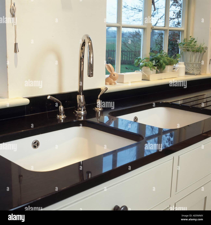 Doppelte Weiße Sinkt Und Chrom Armaturen In Schwarzem Granit Arbeitsplatte  Unter Fenster In Modernen Küche