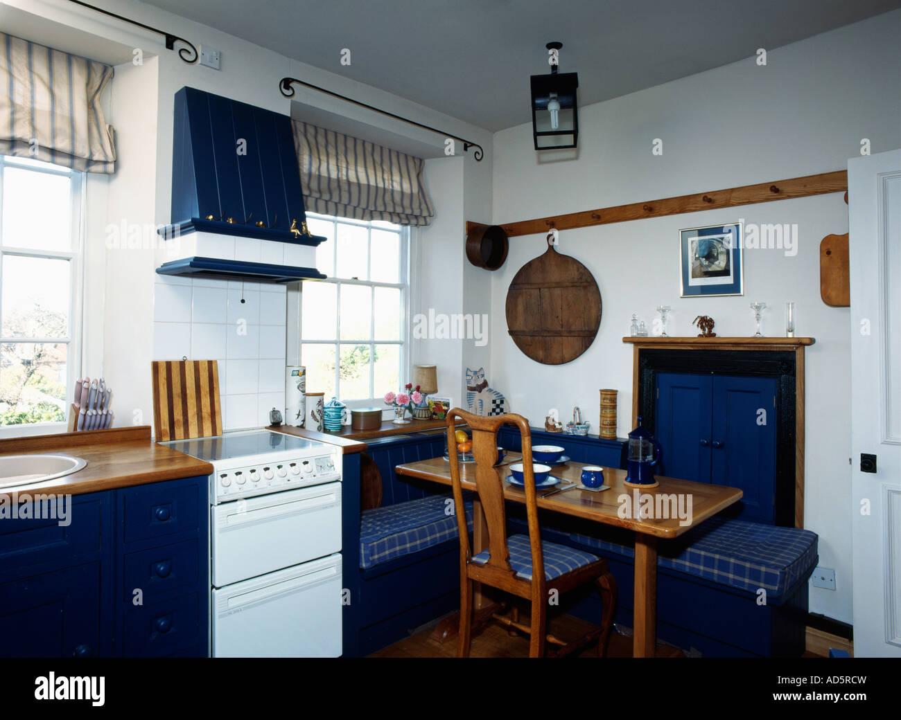 Holztisch mit blau kariert Sitzbank sitzen in kleinen weißen Küche ...