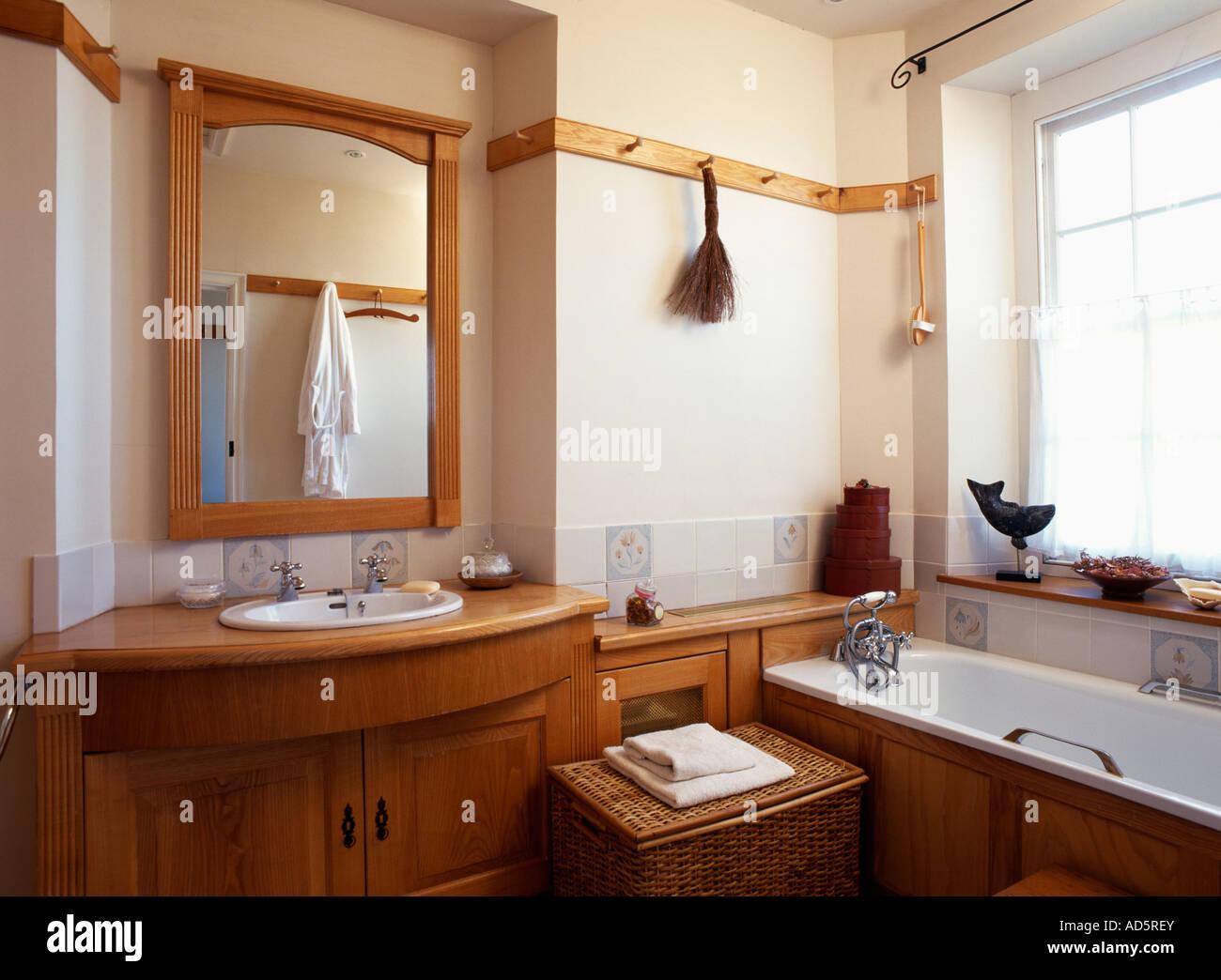 Aus Holz Gerahmten Spiegel Uber Dem Waschbecken Unterschrank Aus
