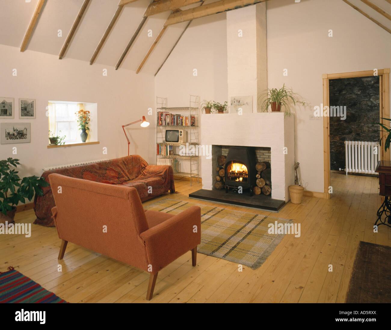 Terrakotta-Sofas und Kamin im Stall Umbau Wohnzimmer mit Holzboden ...