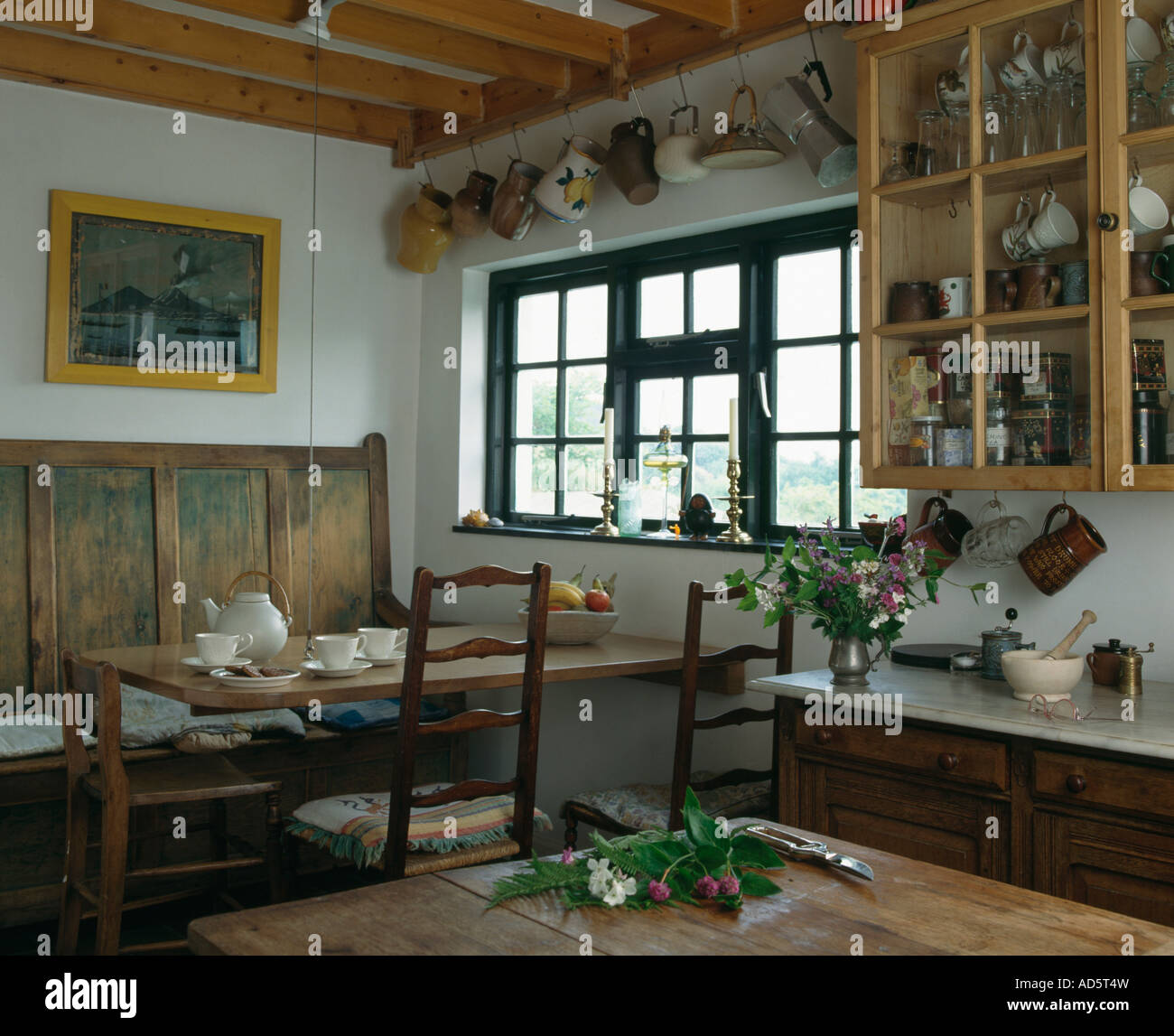 Creme Teekanne Und Geschirr Auf Holztisch Mit Antikem Holz Siedeln