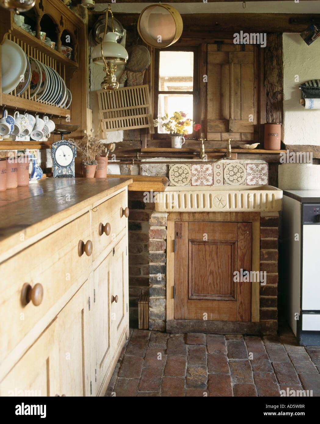 Keramik waschbecken und antike kiefer kommode in kleinen for Keramik waschbecken kuche
