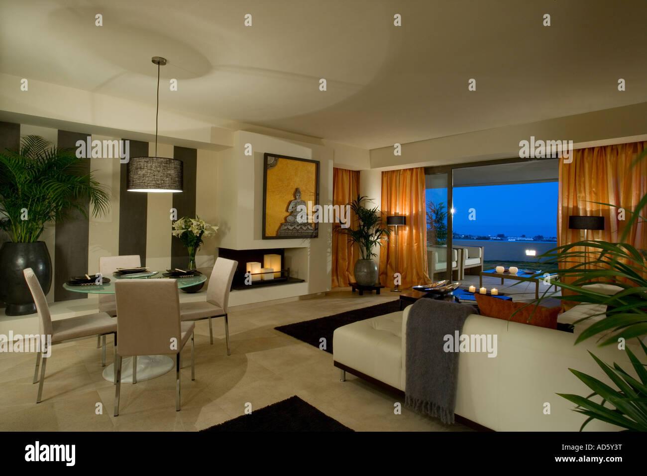 Schon Große Offene Wohn  / Esszimmer Mit Blick Auf Balkon In Der Nacht Durch  Offenen Terrassentüren In Modernen Spanischen Wohnung