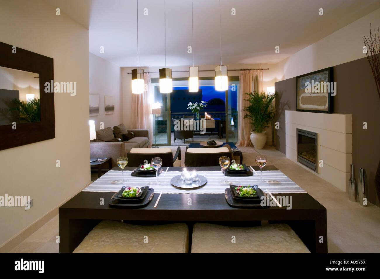Offene Küche Und Wohnzimmer Im Modernen Spanischen Wohnung Mit Kamin Und  Hängende Beleuchtung