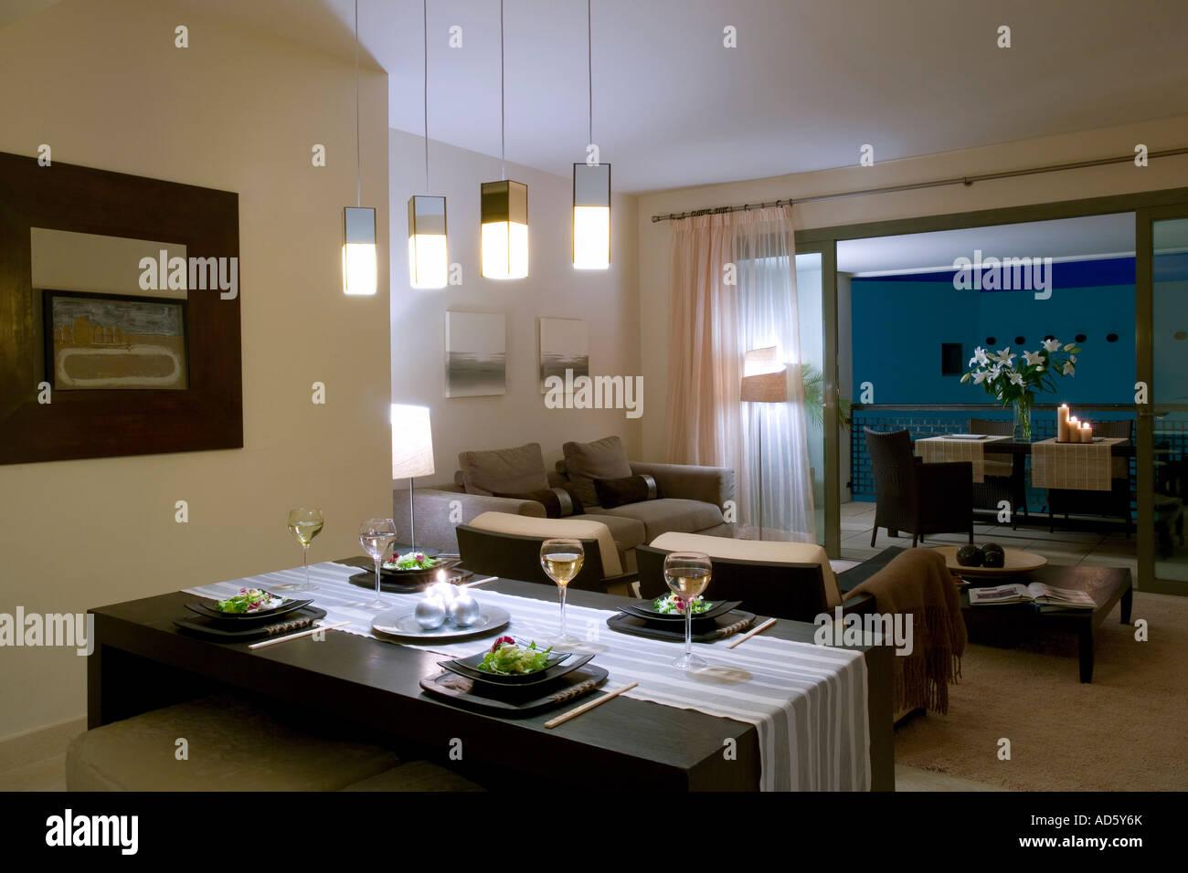 Pendelleuchten über Esstisch Im Wohnzimmer Moderne Apartments Mit Blick  Durch Terrassentüren Tabelle Auf Balkon Am Abend Geöffnet