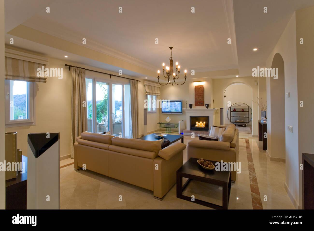 beiges ledersofa in wohnung wohnzimmer mit kamin und marmor boden stockfoto bild 13315281 alamy. Black Bedroom Furniture Sets. Home Design Ideas