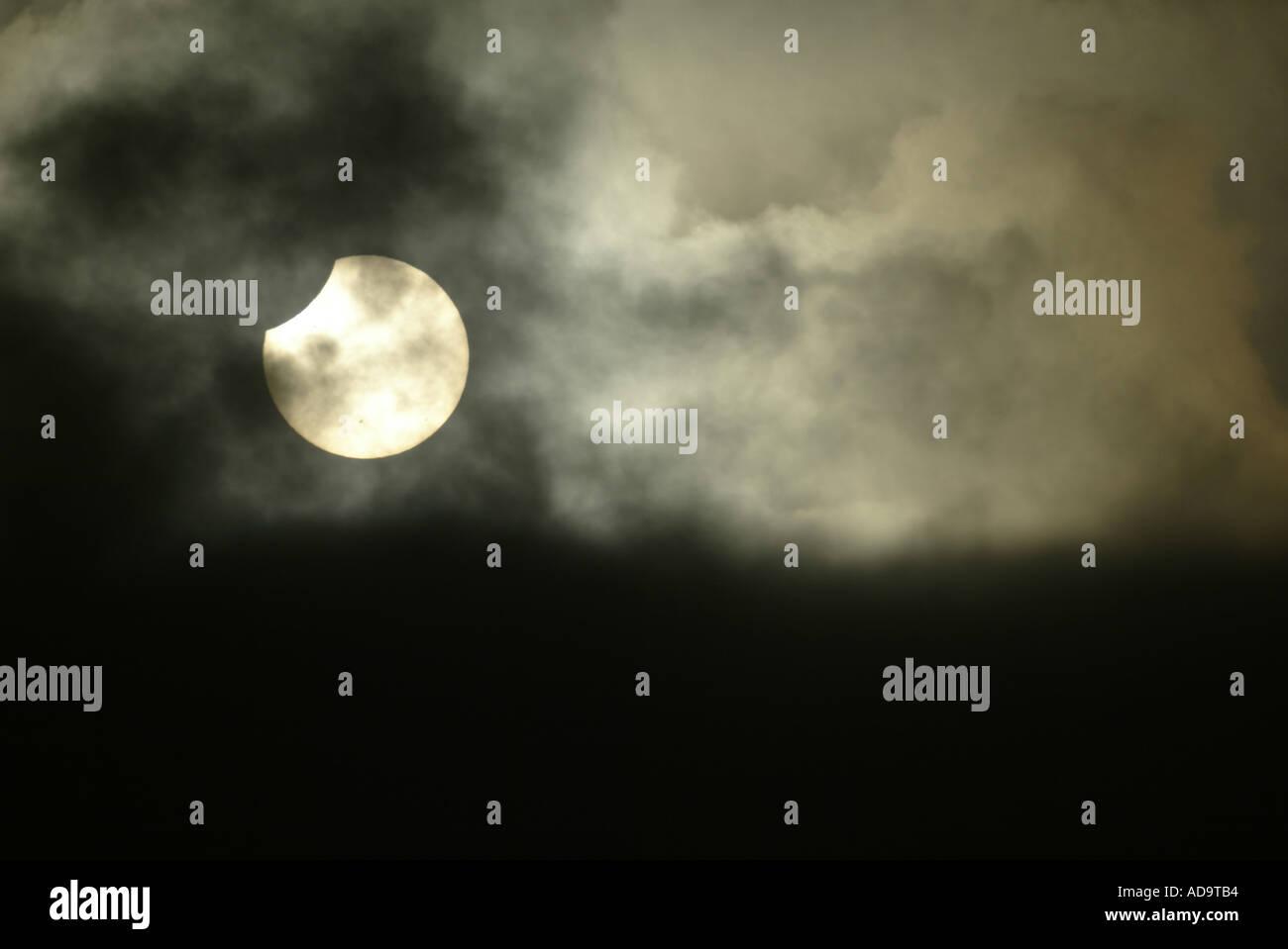 Durch transluzente treibenden Wolken gesehen, dass eine Sonnenfinsternis stattfindet wie in Südkalifornien 10. Juni 2002 angezeigt Stockbild