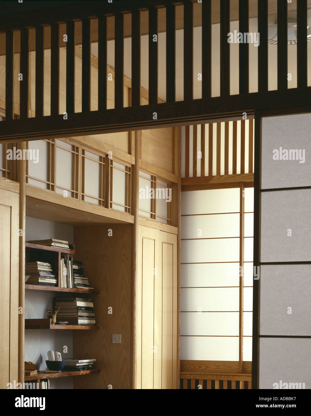 Minimale japanischen Stil Wohnung in London, 1987. Schränke in Asche ...