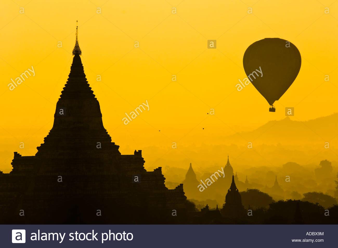 Heißluft-Ballon und Tempel Stupa in der Silhouette bei Sonnenaufgang. Bagan, Myanmar Stockbild