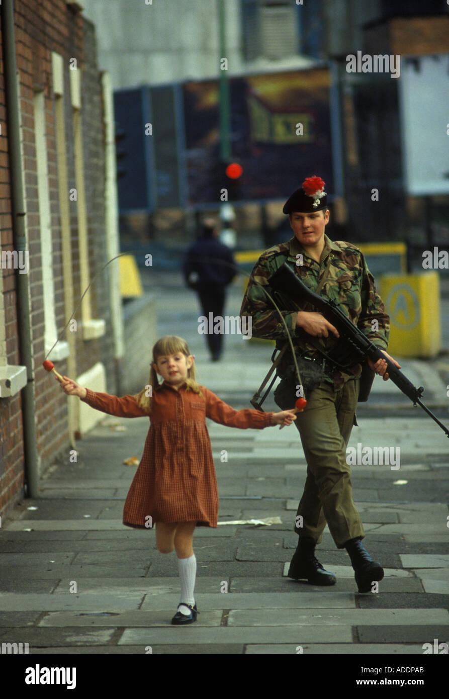 Britischer Soldat mit Gewehr auf Bewährung Belfast Nordirland 1981 HOMER SYKES Stockbild