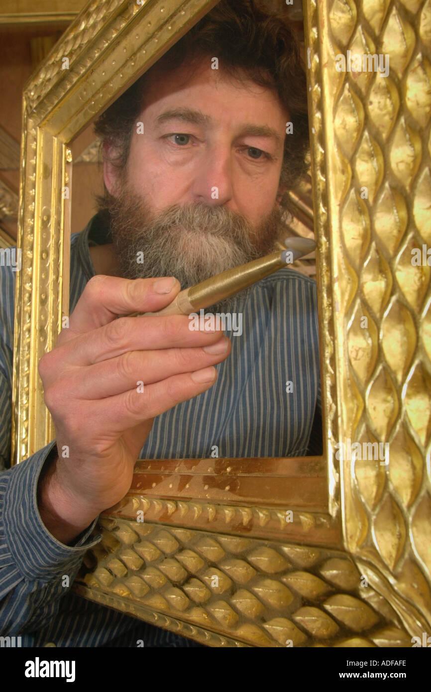Vergolder John Poole Polieren von Hand geschnitzten maßgeschneiderte ...