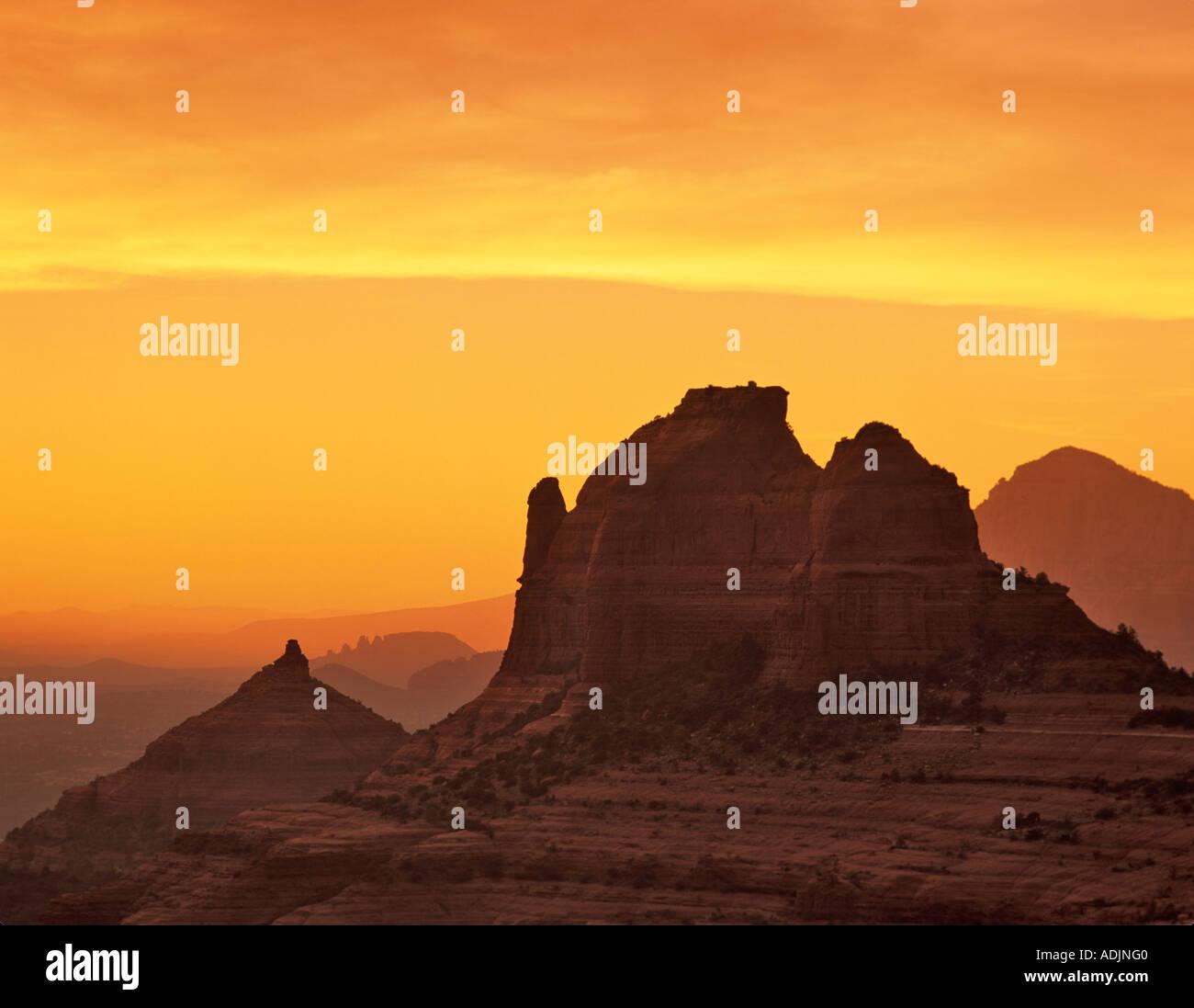 Sillouetted Felsen in der Nähe von Sedona Arizona mit Sonnenuntergang Stockbild