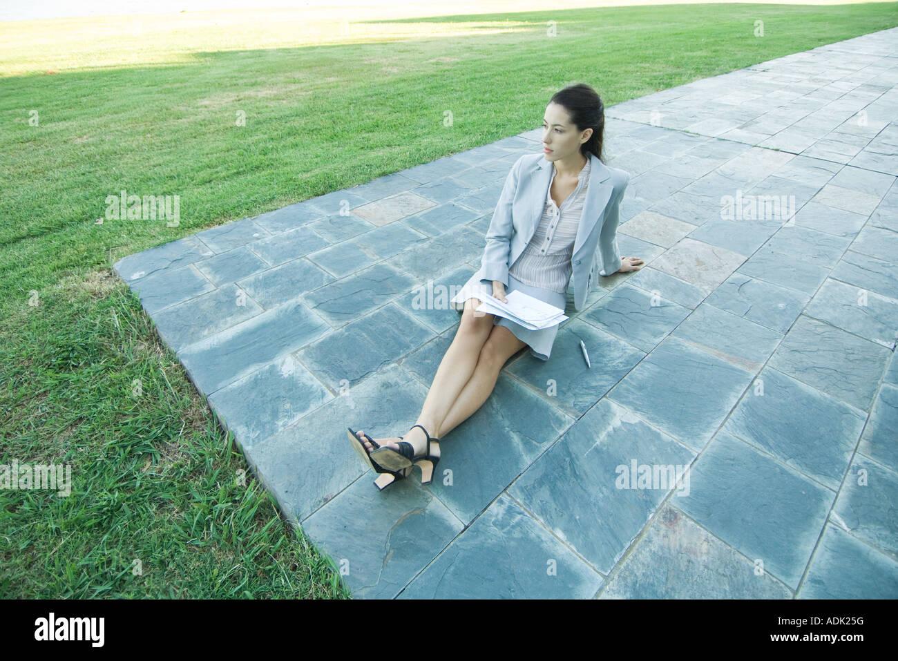 Geschaftsfrau Sitzen Am Boden Auf Terrasse Unterlagen Stockfoto