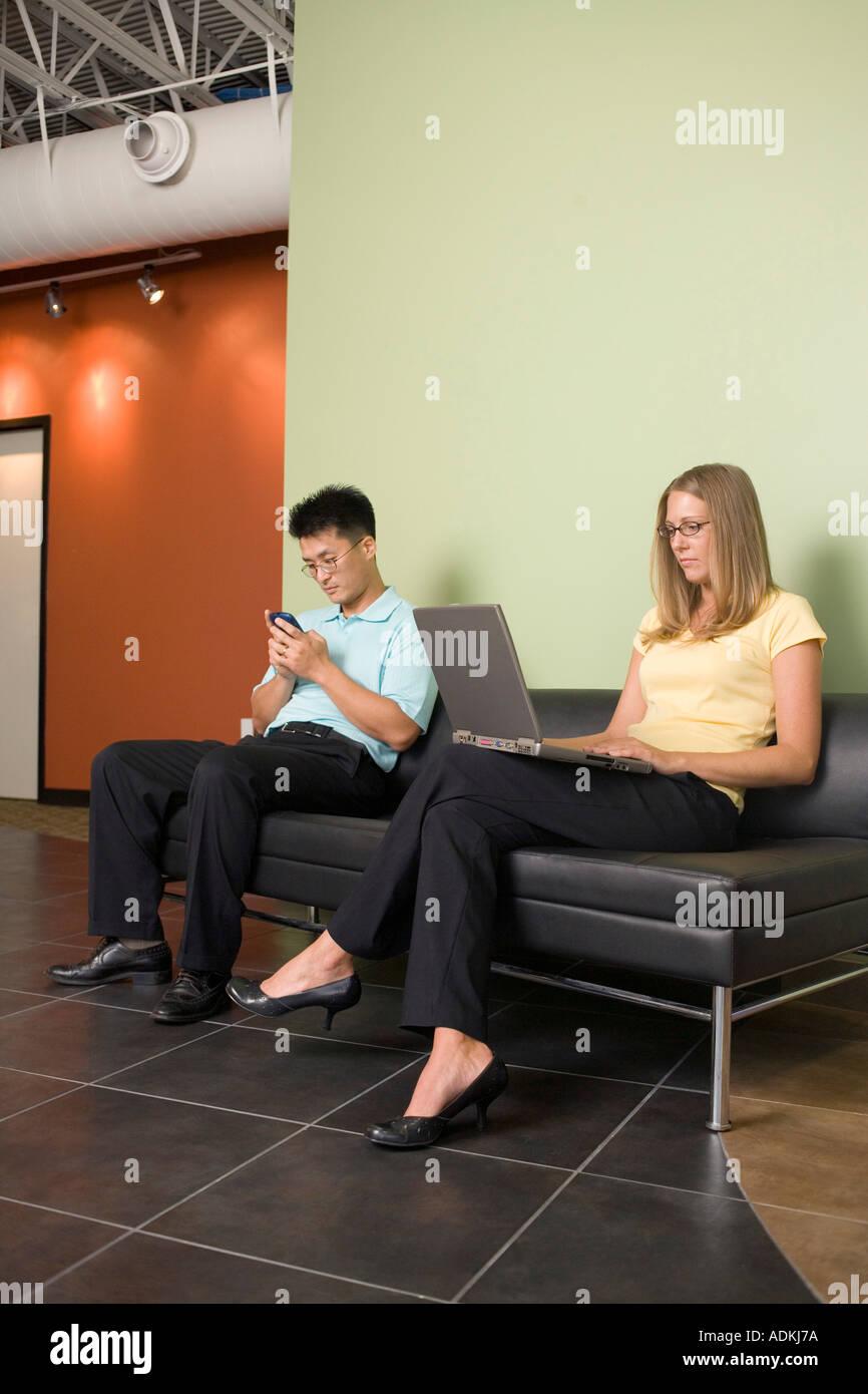 gesch ftsfrau und ein gesch ftsmann auf einer couch sitzend stockfoto bild 4388473 alamy. Black Bedroom Furniture Sets. Home Design Ideas