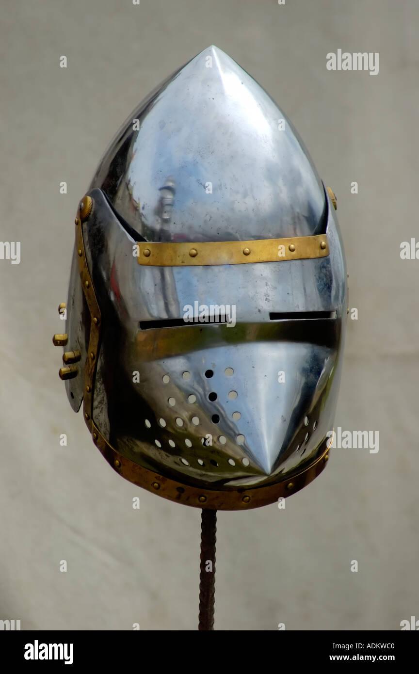 glänzendes Metall Helm Rüstung eines mittelalterlichen Ritters Soldaten Stockbild