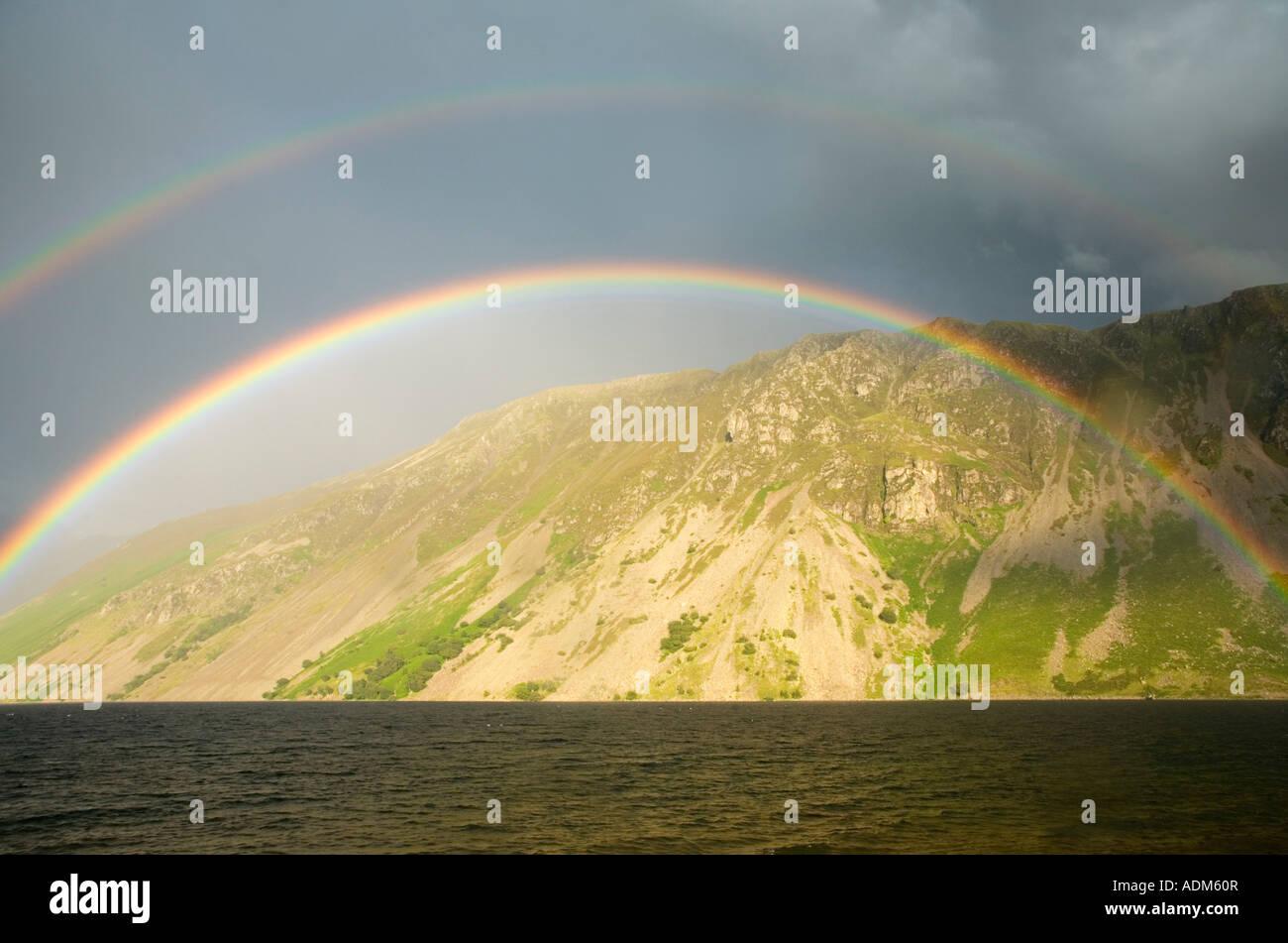 Regenbogen über Wast Wasser mit Blick auf die Schutthalden Englands Illgill Kopf Lake District National Park Stockbild