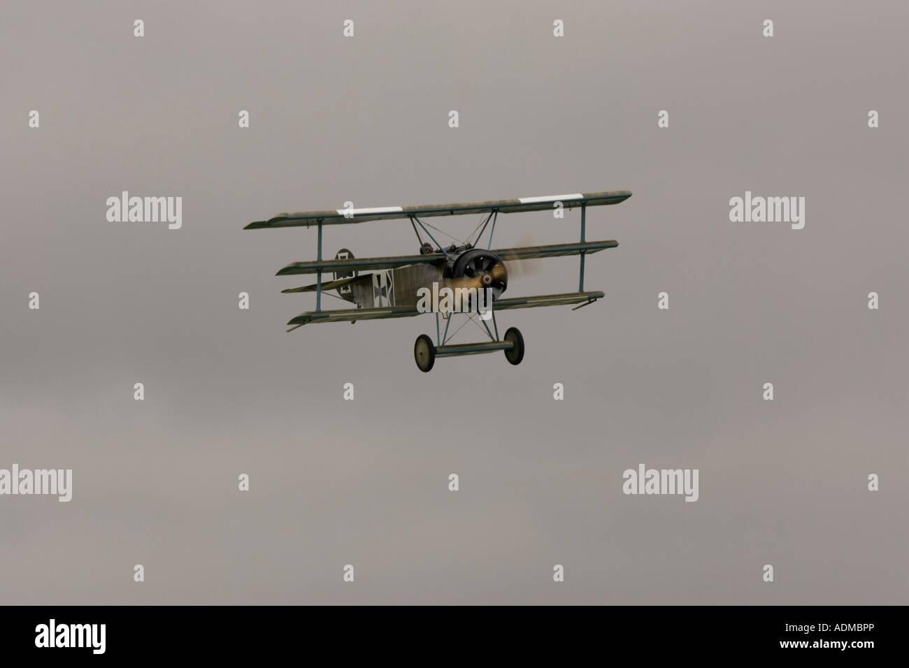 Horizontale Fokker DR1 Tri Flugzeug Kämpfer des 1. Weltkrieges ein Replikat Red Baron Kreuz militärische Stockbild