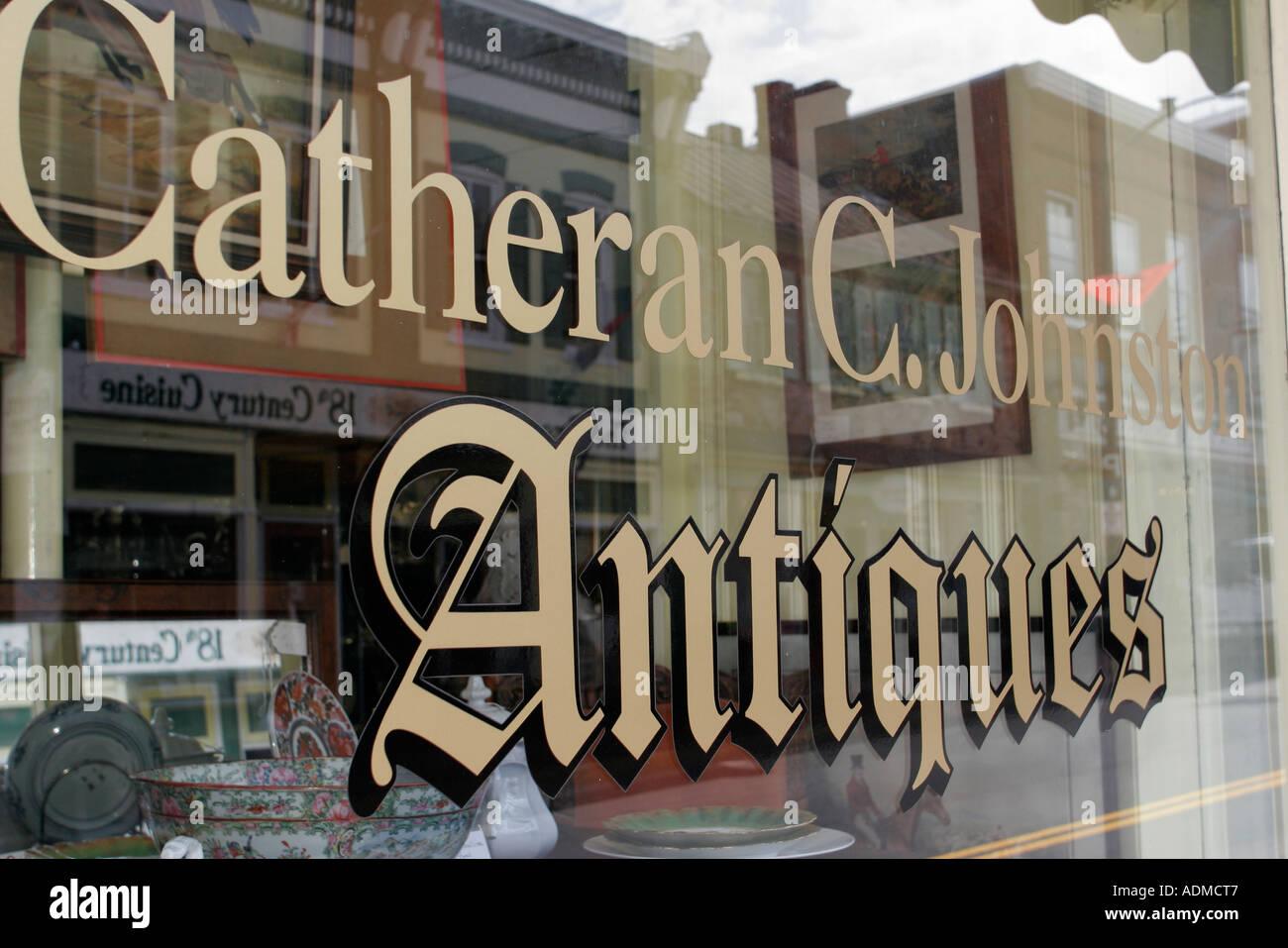 Leesburg Virginia North King Street Catherine C. Johnston Antiquitäten Zeichen Fenster Stockfoto
