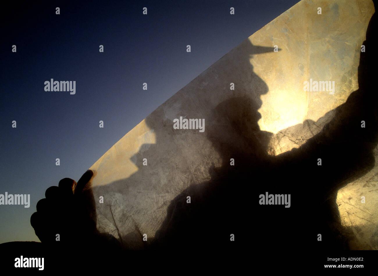 Ein Raubein entspinnt sich eine Rolle aus Kunststoff auf einer Bohrinsel in Oklahoma Stockbild