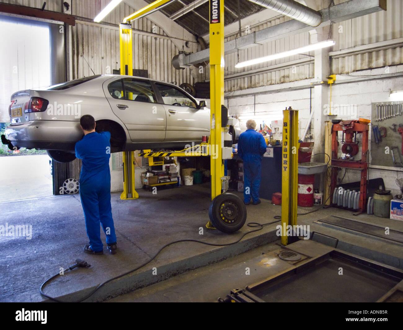 2 kfz mechaniker in einer autowerkstatt mit hydraulischen for Garage auto st genest lerpt